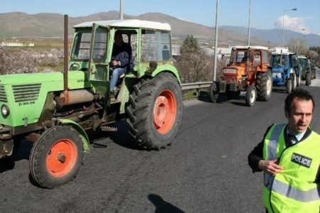 Farmers break through police cordon, head for Evzones customs post