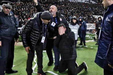 PAOK fan handed suspended sentence for throwing paper roll at Olympiacos coach